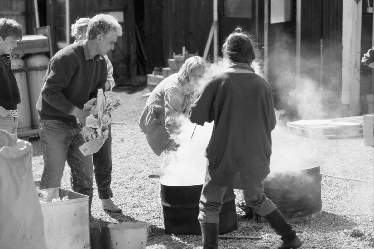 Keramiker Ulf Johansson håller kurs i raku-bränning hemma i trädgården.
