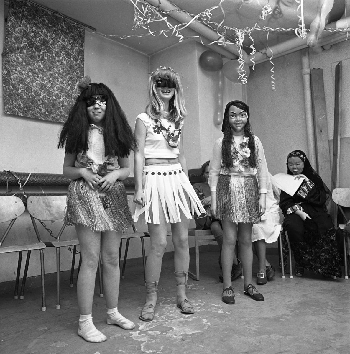 Unga Örnar har maskerad. Några flickor har klätt ut sig i bastkjolar och ögonmasker.