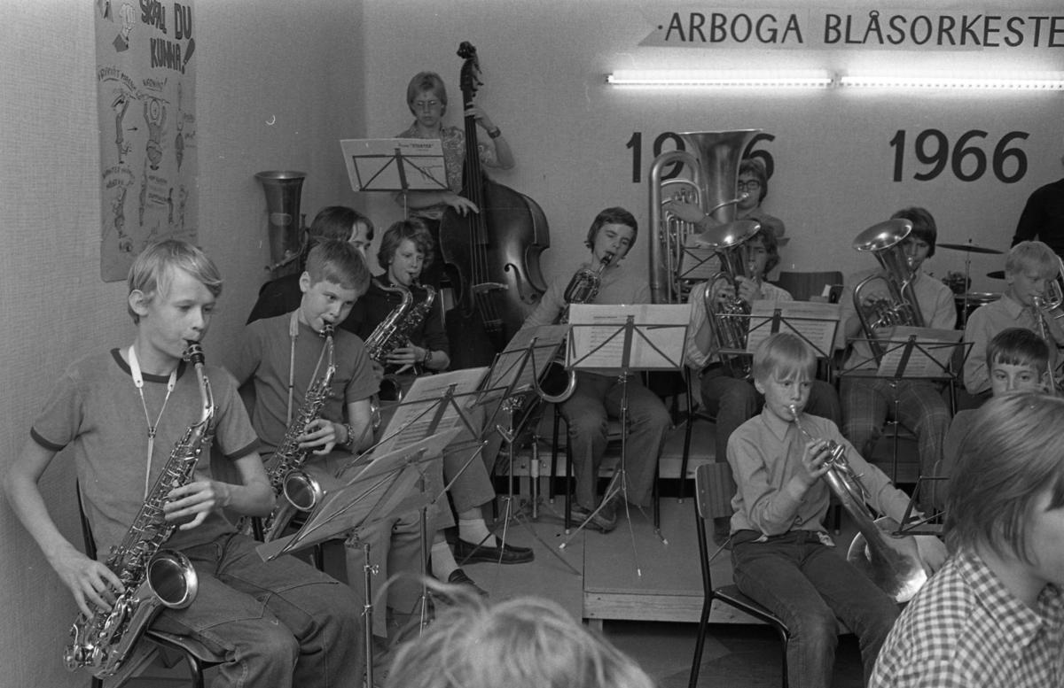 Ungdomsorkestern repeterar. Saxofonisten, närmast i bild, är Thomas Jäderlund. Pär-Erik Modigh spelar kontrabas. På valthorn Göran Torshage och Anders Garpered.
