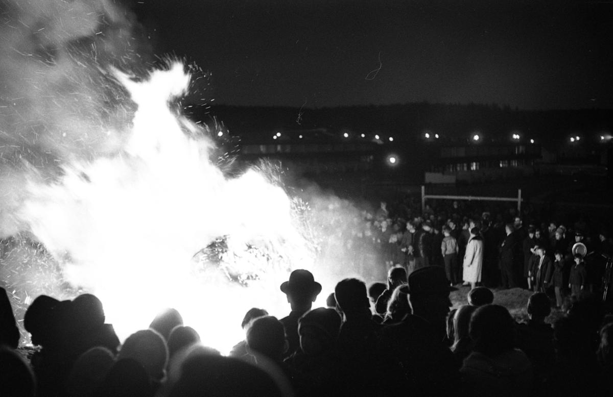 Valborgsmässoafton. Sista april. Vårens ankomst firas på Stenlöpet. Människor värmer sig vid brasan.