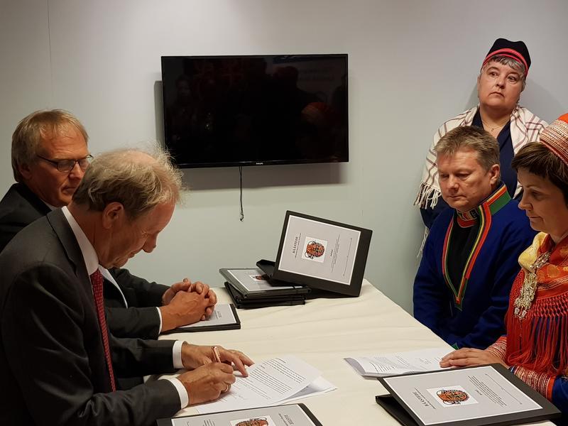 Olav Aaraas signerer avtalen med Karl Kalhovd,  Lars Magne Andreassen, Harieth Aira og sametingspresident Aili Keskitalo på Kautokeino Bygdetun. (Foto/Photo)