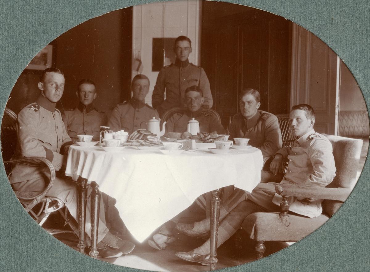 Gruppbild med soldater från Kronprinsens husarregemente K 7.
