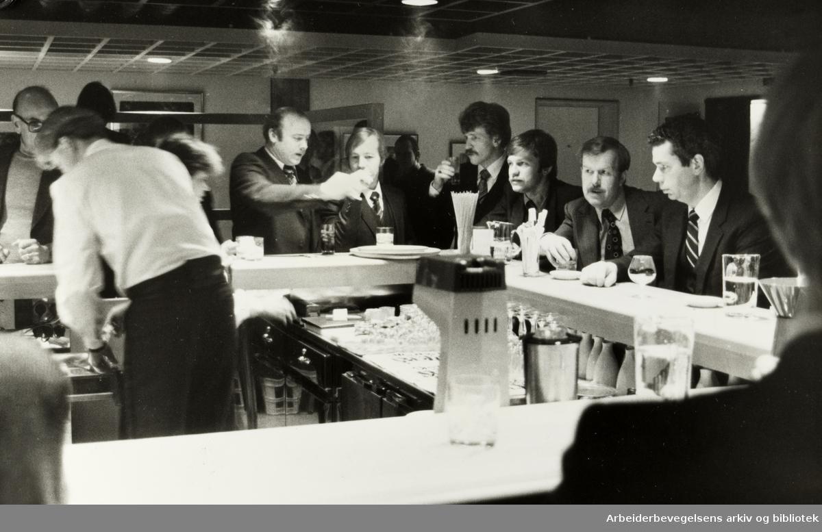 Holmenkollen Park hotell. Arbeidsfolkene kunne teste den nye baren som de nettopp har snekret ferdig. Januar 1982