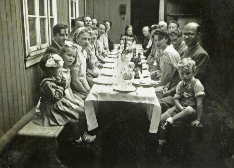 Barnedåp i Langleiken 12. Sommeren 1947 som var veldig varm, og da var det deilig å ha plass nok til å flytte selskapet ut i det fri. (Foto/Photo)