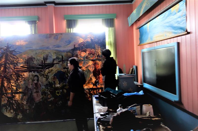 Maleriet er nede fra veggen, parat til å bli lagt på bordet. Foto: MiA.