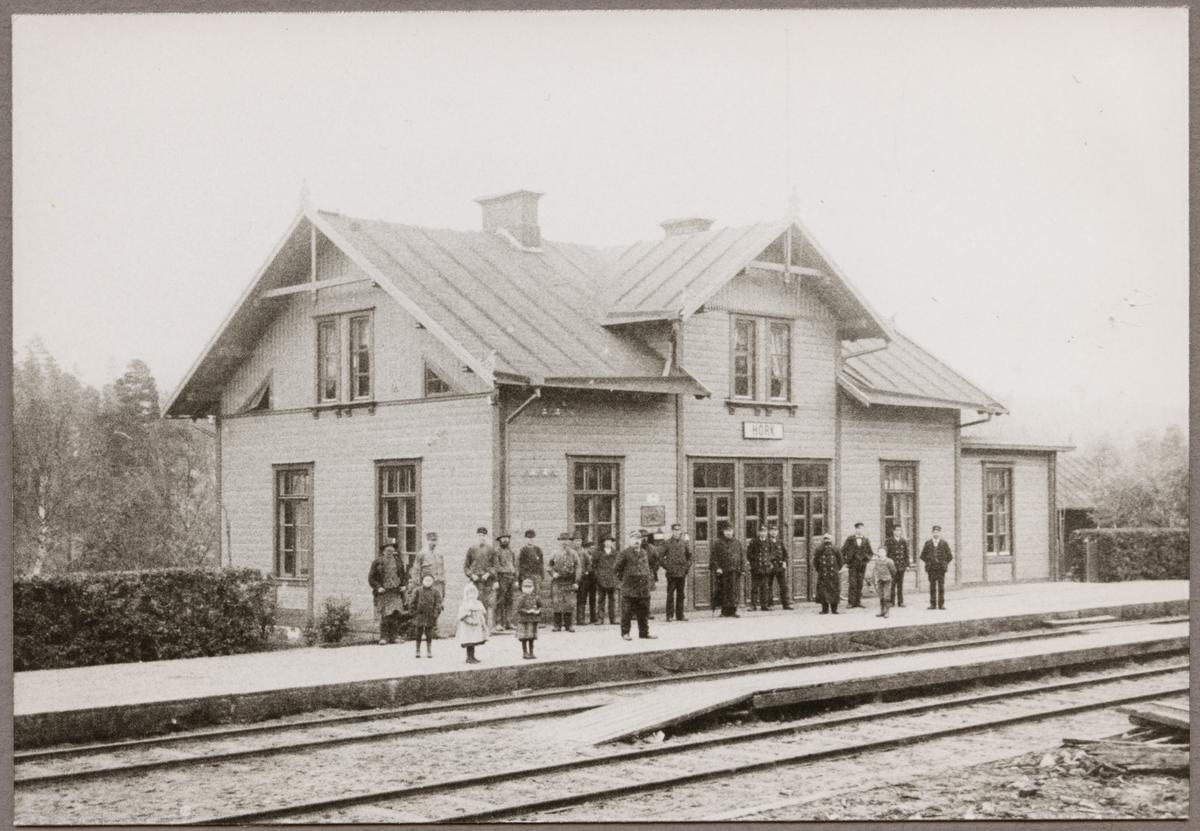 Stationshuset i Hörk med uppställd personal och barn framför stationshuset i slutet av 1800-talet.