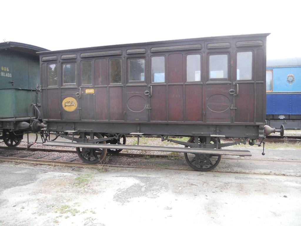 Person och postvagn Köping-Hults Järnväg, KHJ CD nr 40. Förstaklassvagn som nedklassades till andra klass troligen på 1880-talet. Enkel tredjeklassinredning i två kupéer och en tredje inredd för postsortering 1895. Taket av linnedamast är det enda som finns kvar av den tidiga förstaklassinteriören. Väggar och bänkar målade med eklasyr. Vagnskorg helt i trä täckt av tjocka teakskivor indelade av ett listverk i regelbundna fält, varpå ett lackskikt är pålagt. Ny kupédörr, ny fernissa, och posthorn på postkupéerna utvärndigt samt nytillverkning av bänksitsar i en av tredjeklasskupéerna, nya hyllor för postfack samt vissa målningsarbeten på 1930-talet.   Vagnen är kulturhistoriskt mycket värdefull som den äldsta bevarade svenska personvagnen och dessutom som representant för den första stora privatbanan. Vagnens karaktär är utvändigt nära original och inredningen är välbevarad efter ombyggnaden 1895.