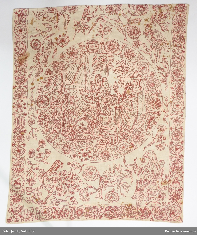 Bibliskt motiv med Maria och Josef med barnet samt de tre vise männen. Kring cirkeln är flera växter och fåglar, t.ex. kalkon och örn broderade. Längs långsidorna och nederkanten broderade bårder med blommor.