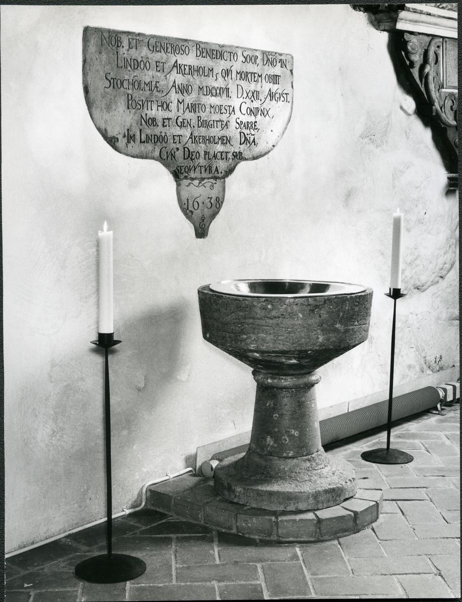 Kärrbo sn, Västerås. Dopfunt i sten, från andra hälften av 1200-talet, i Kärrbo kyrka. 1980.