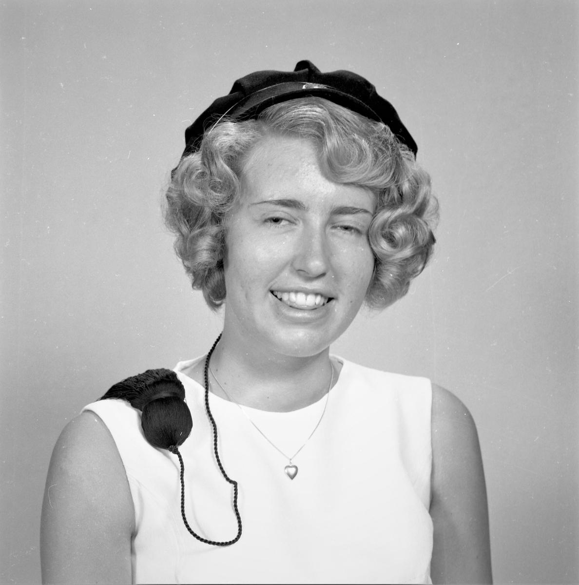 Portrett. Ung lyshåret kvinne i lys ermeløs kjole. Sort studentlue på hodet. Bestilt av Vigdis Hvalberg. St. Olavsgt. 13c