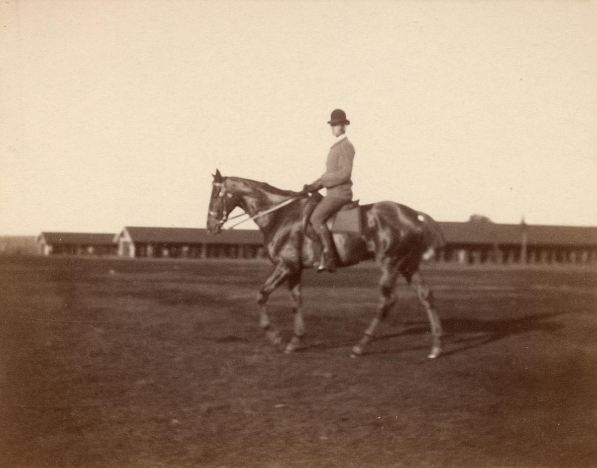 En civil man till häst.