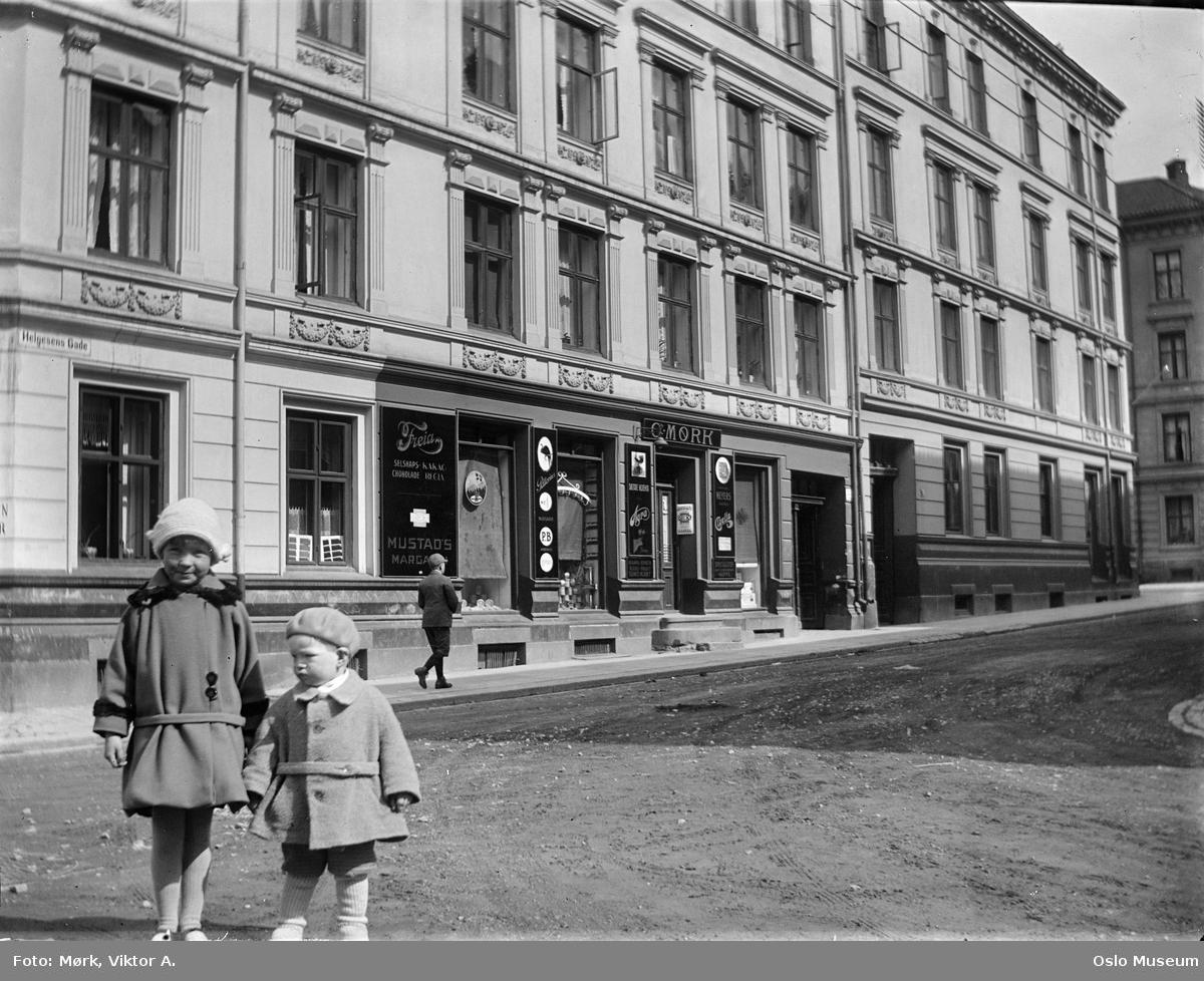 bygårder, O. Mørk kolonialforretning, jente, gutt, skilt, utstillingsvinduer
