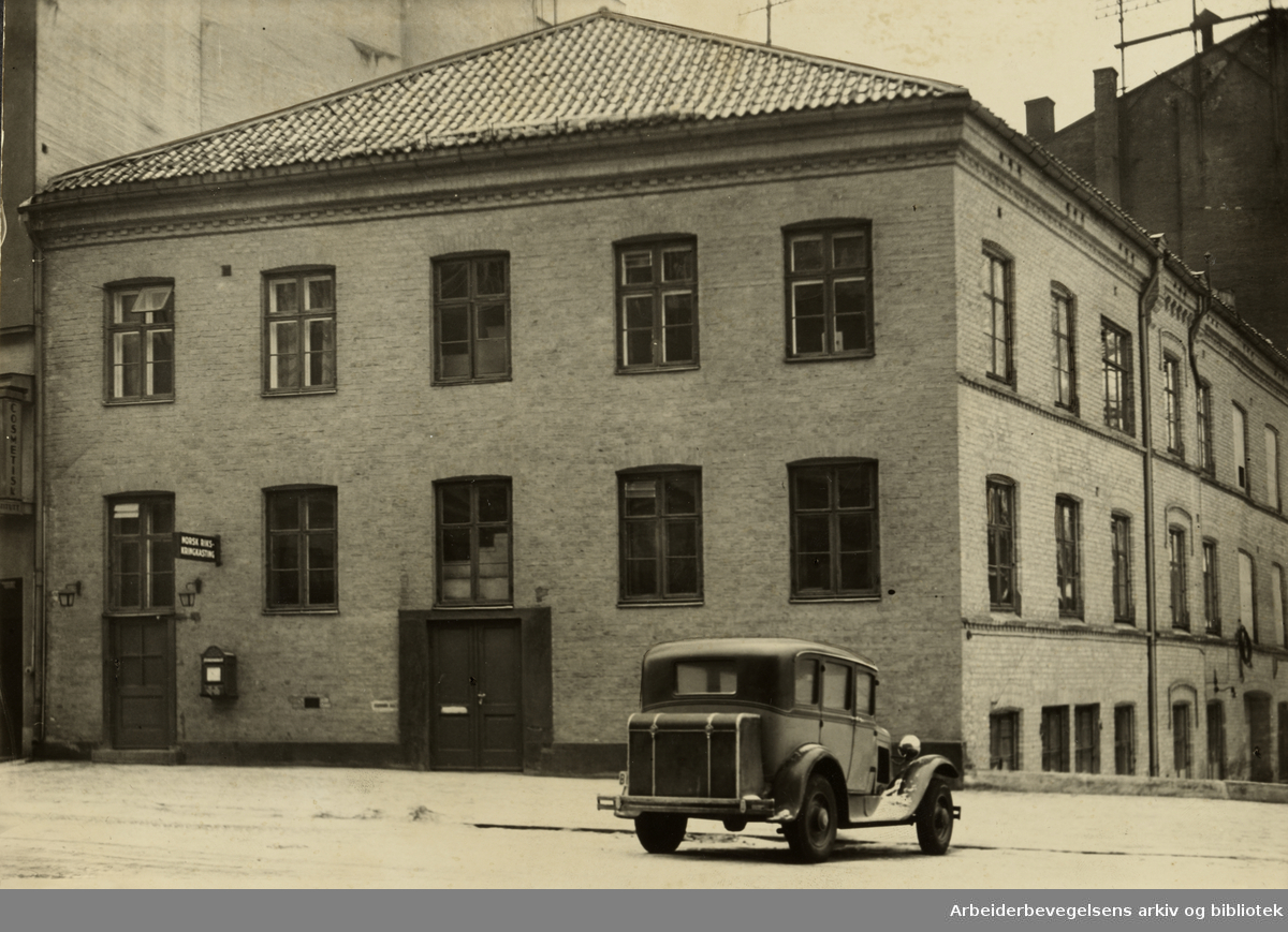 Kringkastingens gamle lokaler i Roald Amundsens gate. Nå, Olav Vs gate. Eksteriør. 1930-åra