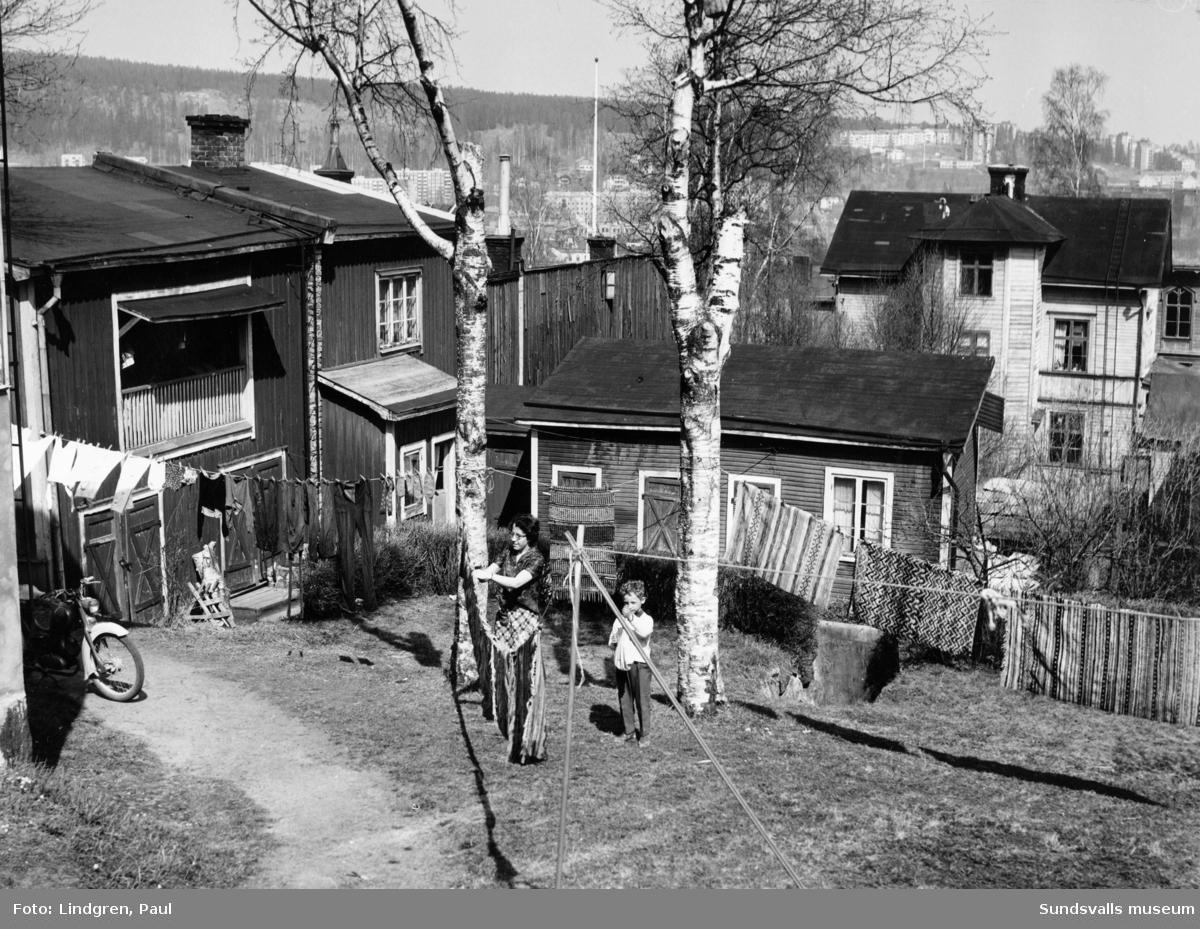 Södermalmsgatan 18. Byggnaden uppförd i en slänt i timmer och med murad stensockel upp till Södermalmsgatans nivå på nersidan.