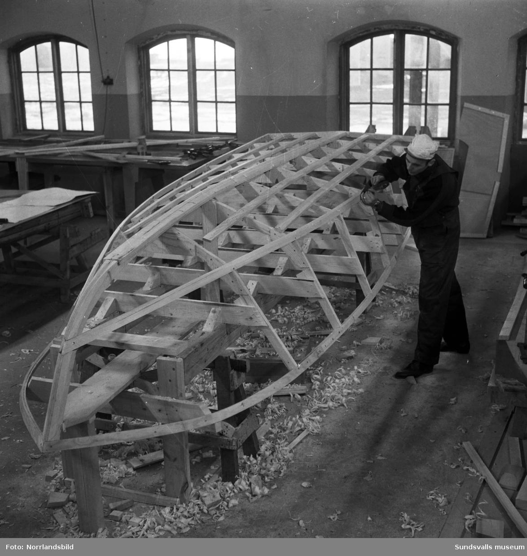 Bildserie från bygget av en liten sportbåt i plywood vid Söråkers båtindustri. Båten kom som en färdig byggsats till fabriken.