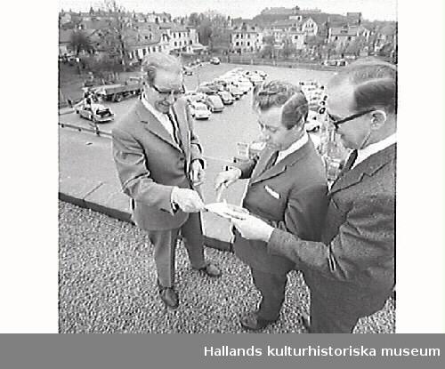 Affärschef Arvid Hilding, varuhuschefen Eric Engdahl och kamrer Sven Grim framför och på taket till Domus i Varberg. Foton till tidningsartikel om varuhuset Domus i Varberg, publicerad i Hallands Nyheter, 1968-05-06.
