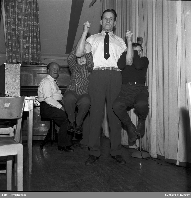 Vattenfalls kraftverksbyggare i en armbrytningstävling, men kval till SM, på scenen i Skansborg, Järkvissle Folkets hus. Vinnaren Björn-Erik Nykvist bjöd efter segern Gunvor Lidehäll (Medelpads lucia 1949) på en gungtur på sin starka arm. Skansborg var för dagen fullsatt och bjöds även på underhållning och dans till  Gnesta-Kalles trio och Calle Reinholdz.