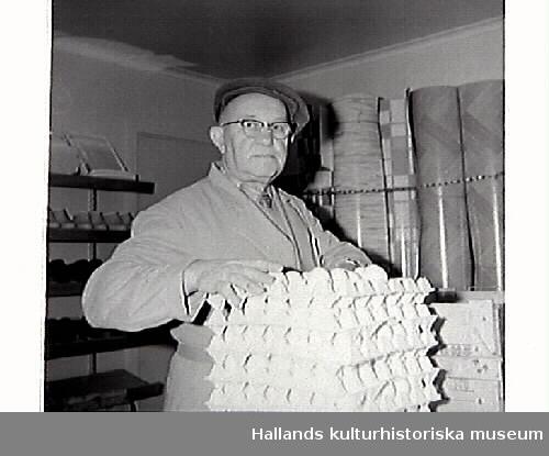 John Johansson står vid en trave ägg i Konsum Frillesås. I bakgrunden står rullar med vad som kan vara prover på olika linoleummattor. Bild 2 visar John med en i papp inslagen sockerpaket på axeln.