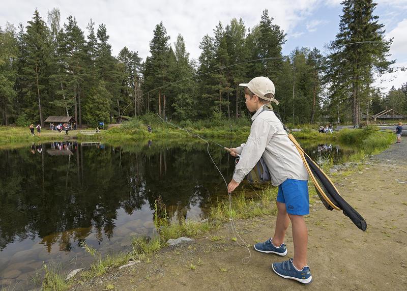 At Ole Literé Rydgren trives ute ved fiskedammen ved Norsk skogmuseum er tydelig.  Foto: Bård Løken /Anno Norsk skogmusem. (Foto/Photo)