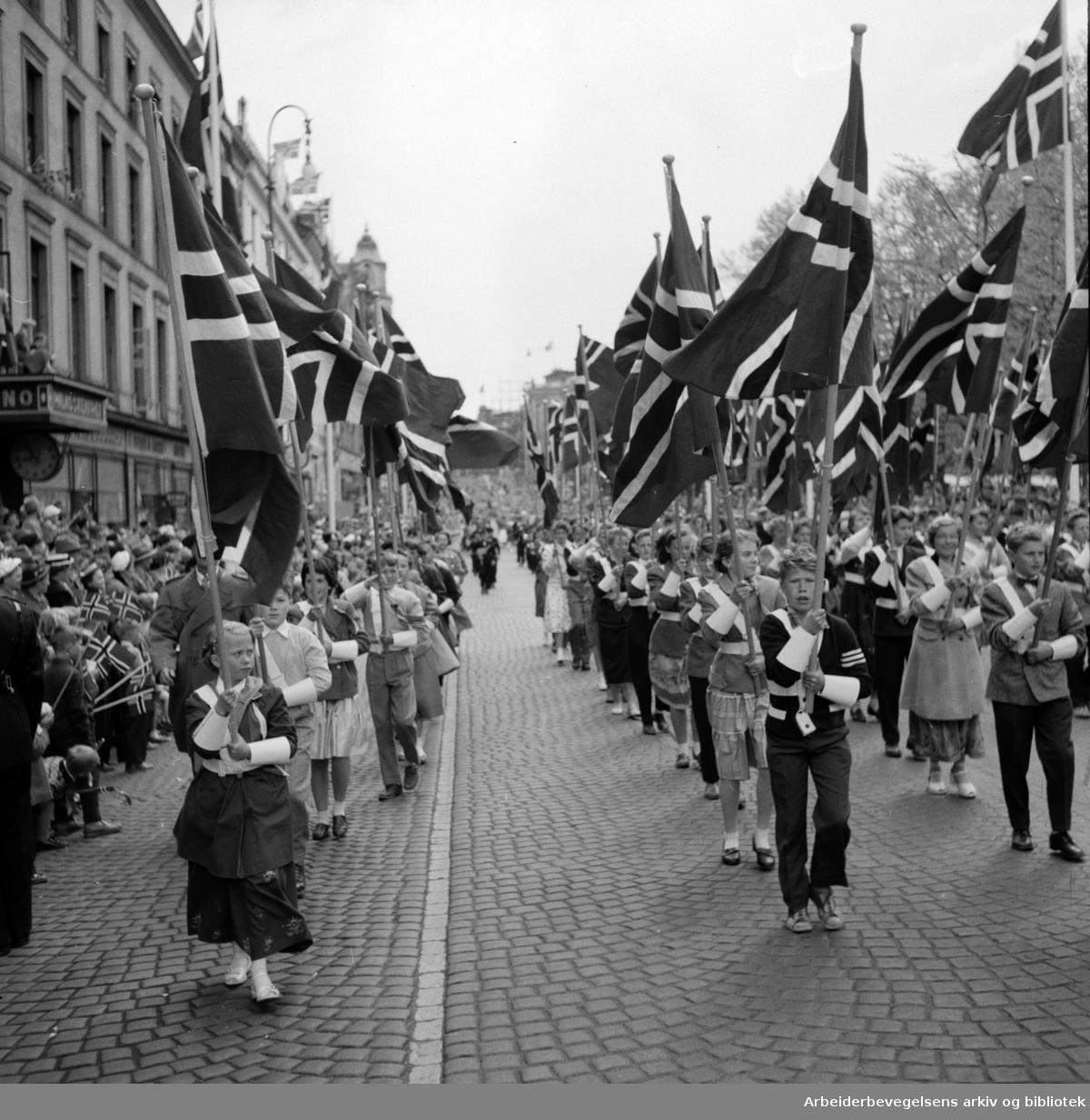 Barnetoget. Flaggborg. Karl Johans gate. 17. mai 1956