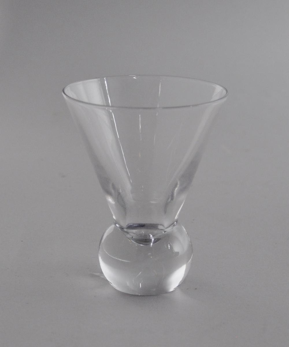 Coctailglass, av glass. Glasset er utadgående rettvinklet med rund sokkel i bunn.