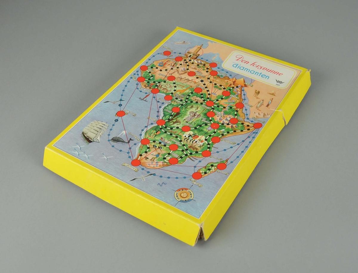 Brettspill, ligger i gul pappeske. Pappen på lokket har løsnet flere steder.
