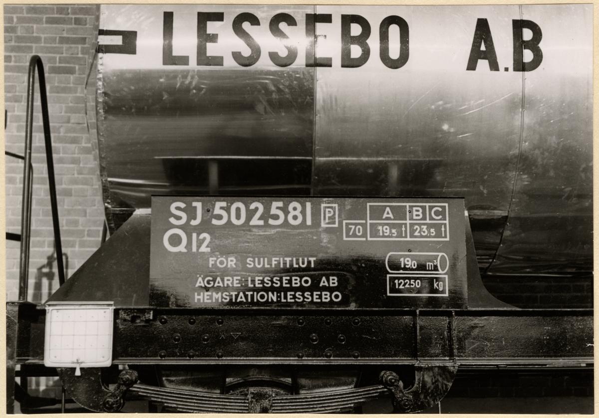 Godsvagn tillverkad av Trafikaktiebolaget Grängesberg - Oxelösunds Järnvägar, TGOJ verkstäder för Lessebo AB. Statens järnvägar, SJ Q12 502581. För transport av sulfitlut.