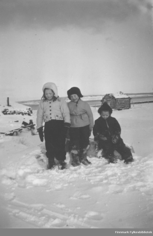 Tre barn ute i snøen. De er fra venstre: Anna Agnethe Mathisen, Reidar Mathisen og Marie Persen.