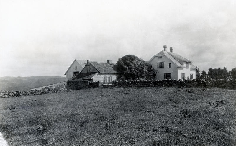 Det gamle jærhuset på Lende sto noen år ved siden av Johannes Lendes nybygde våningshus og driftsbygning før det ble flyttet til Norsk Folkemuseum. Fotografi fra 1933. (Foto/Photo)