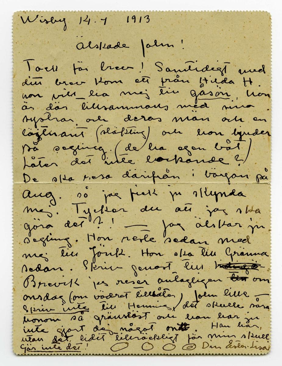 Brev 1913-07-14 från Ester Bauer till John och kuvert, skrivet på på fram-och baksidan av ett vikt pappersark, vilket fungerat som ett ihopvikt kortbrev. Huvudsaklig skrift handskriven med svart bläck.  . BREVAVSKRIFT: . [Sida 1] . Wisby 14.4 1913       Älskade  John! Tack för brev! Samtidigt med ditt brev kom ett från Hilda H. hon vill ha mej till gåsön, hon är där tillsammans med sina systrar och deras män och en löjtnant (släkting) och hon bjuder  på segling (de ha egen båt) Låter det inte lockande? De ska resa därifrån i början på aug. så jag fick ju skynda  mej. Tycker du att jag ska göra det?! – Jag älskar ju segling. Hon reste sedan med mej till Jönk. Hon ska till Gränna sedan. Skriv genast till [överstruket: Lidingö-] Brevik jag reser antagligen [till] om onsdag (om vädret tillåter) John lille – - skriv inte till Henning, det skulle såra honom så gränslöst och han har ju inte gjort dej något ondt. Han har, utan det lidit tillräckligt för min skull. Gör inte det! OOOO Din Ester-Lisa . [Sida 2] [Tryckt text: Kortbref. I övre högra hörnet finns ett rött frimärke med motiv av Gustaf V med tryckt text: 10 öre Sverige, och över det en poststämpel från Visby 14/7 1913.] .  [Adresserat till] John Bauer Sjövik Jönköping . [Skrift skriven upp- och ned vid nedre kortsidan, vars sida fungerat som baksida på kortbrevet] afs. Fru Ester-Lisa Bauer Lidingö-Brevik . Följ med John! till Västkusten. . [Poststämpel från Jönköping 15/7 1913]