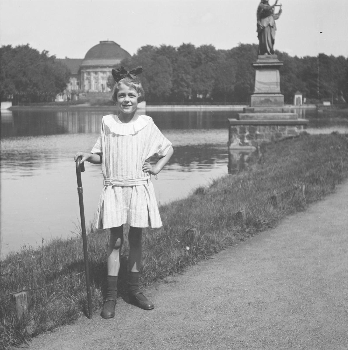 Liten jente i park i Berlin.