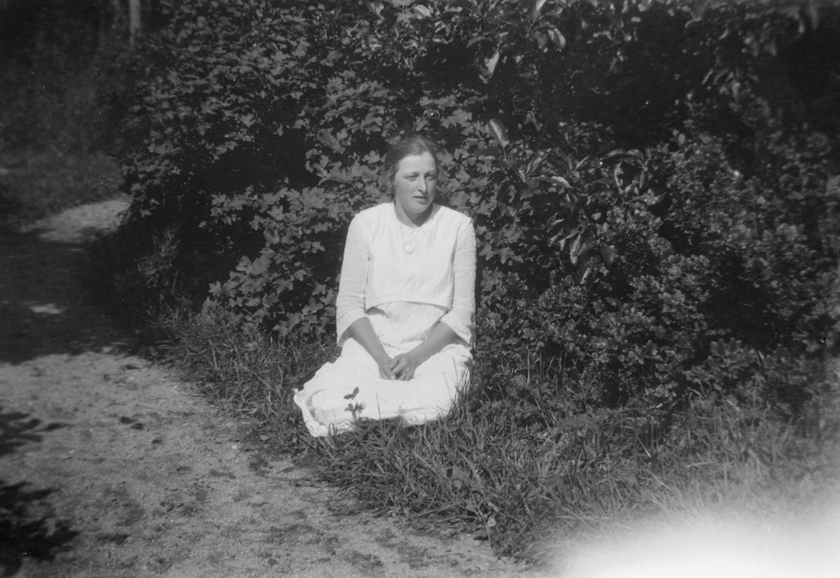Portrett av ukjent kvinne, sittende i gresset