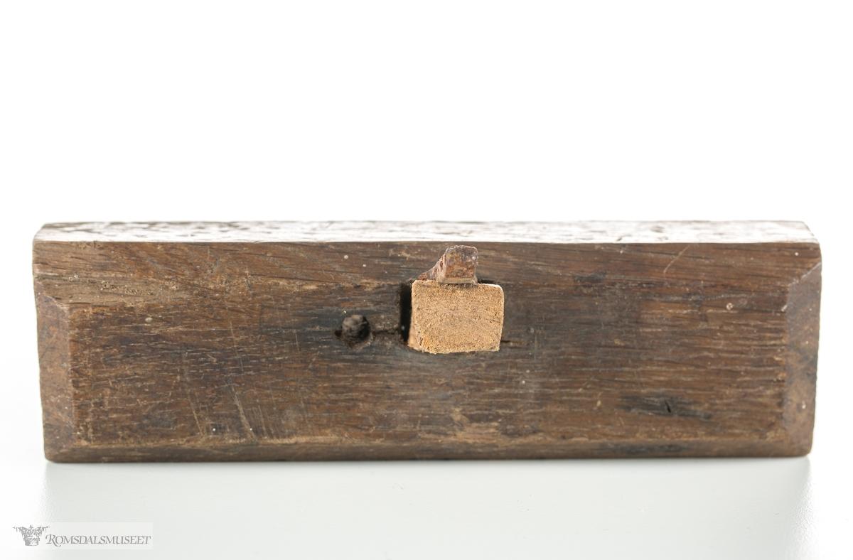 Rektangulær høvelstokkav eik uten høvel hus. Lite høveljern og kile som sitter på tvers av høvelstokken, med et lite hull ved siden av for styrepinne. Brukt til utsparing av spor til hyller og skillevegger i møbler, etter at man har skåret to parallelle snitt med gradsag.