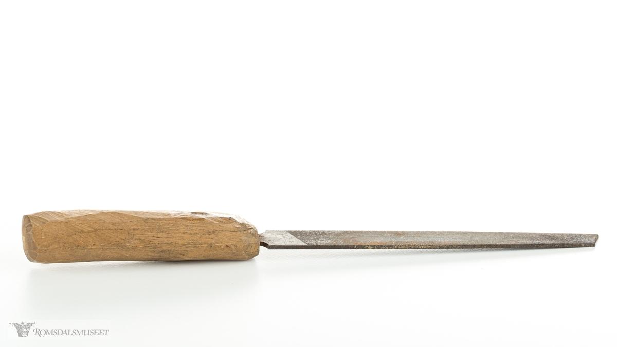 Fil med rundt, tilskåret håndtak og flatt stål med riller på begge sidene.