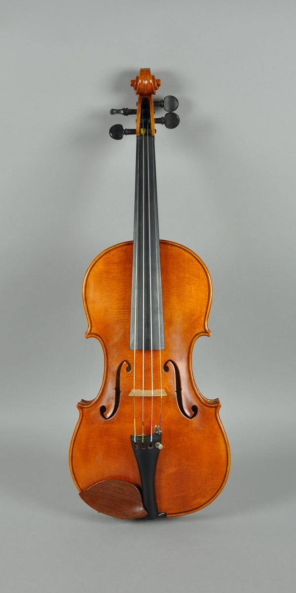 Fiolin med fire strengeskruer, strengeholder og gripebrett av ibenholt.