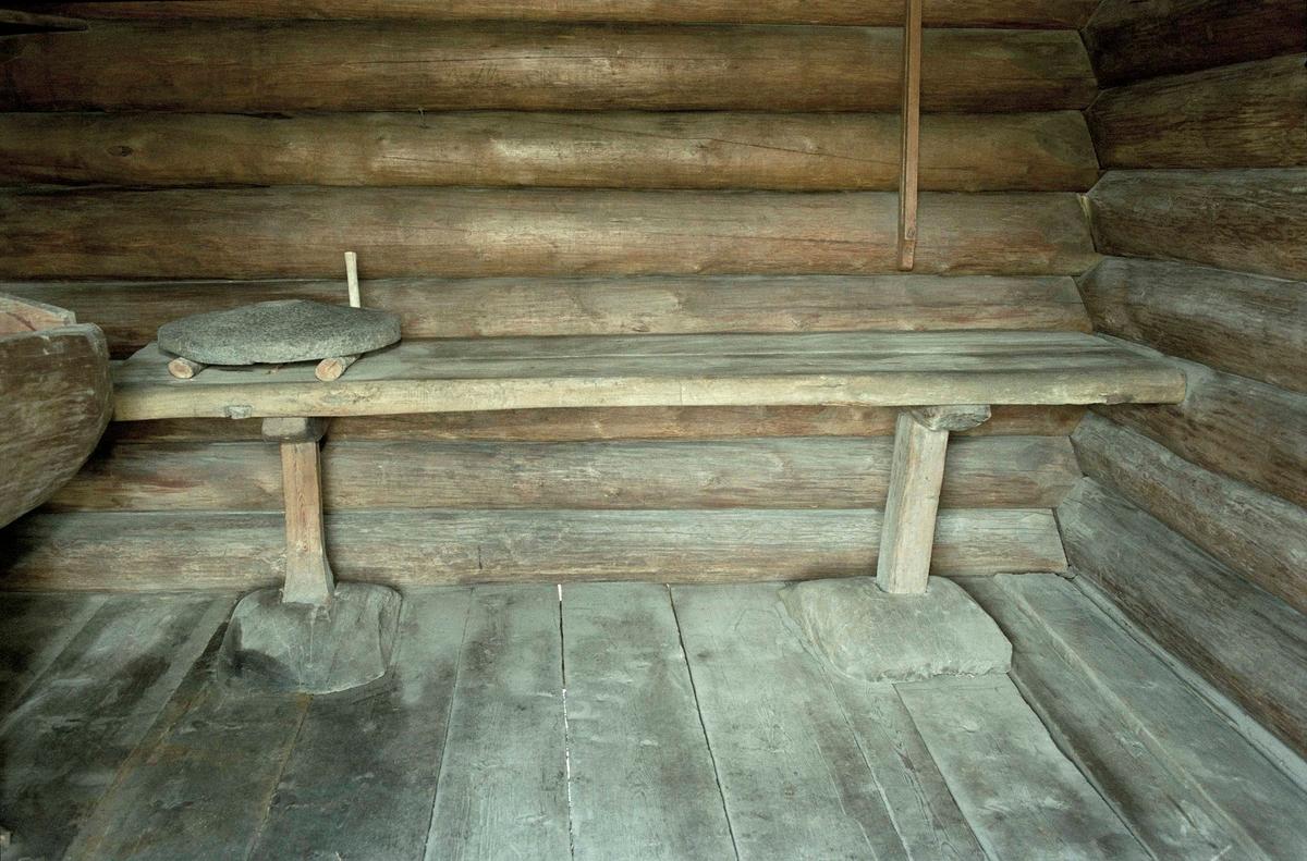 Bord av omålad furu. Skivan består av två plankor med rundade långsidor. Två itappade ben i olika utforming. I sin tur itappade i rektangulära trästycken.