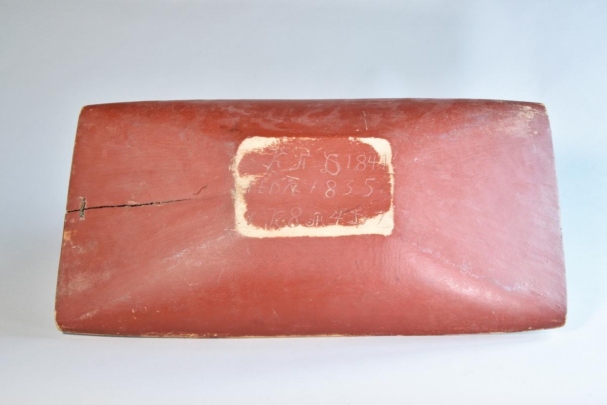 Tråg, rektangulärt av urholkat trä. Utvändigt rödmålad, invändigt rest av vitmålning.