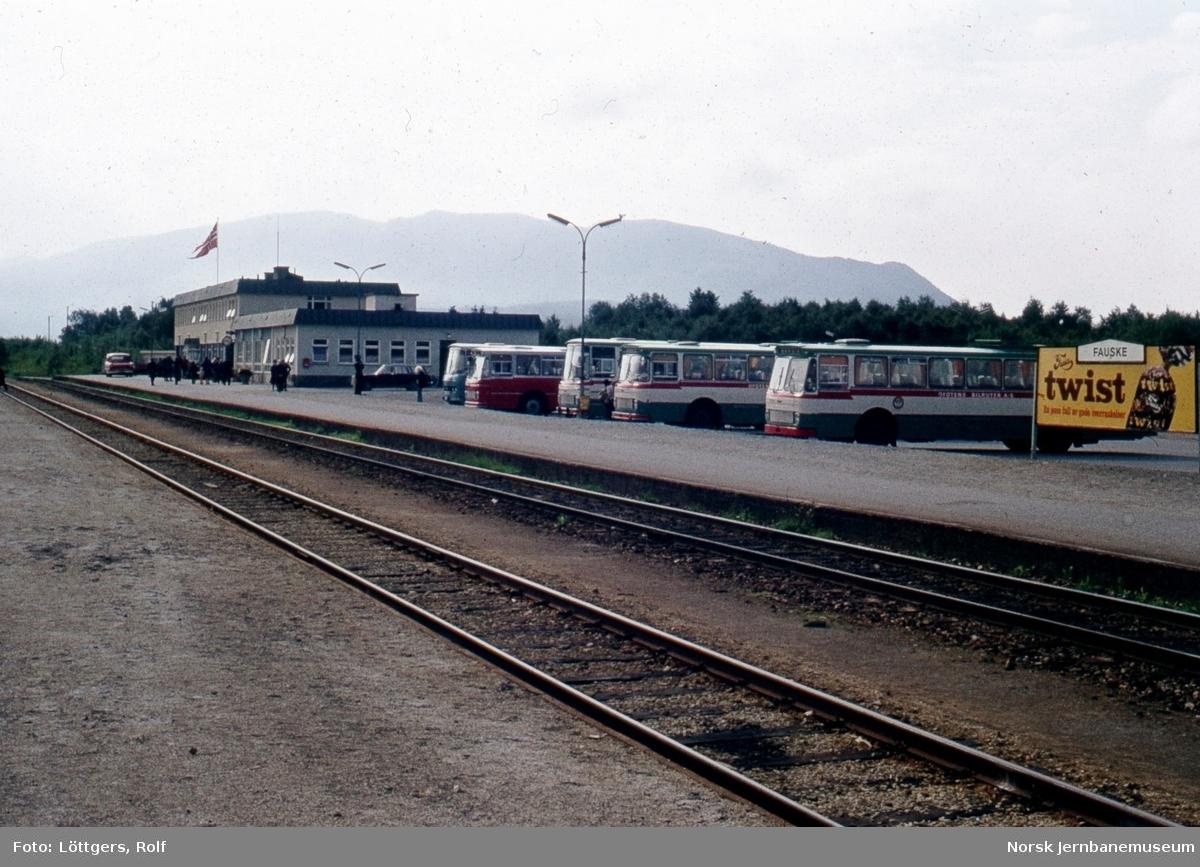 Rutebileer venter på nattoget fra Trondheim på Fauske stasjon