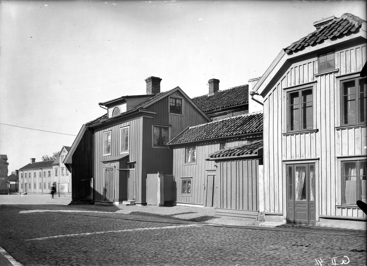 Medan stenhusen vid Vedtorget och gatuhusen mot Storgatan i Jönköping hyste lägenheter för bättre bemedlade, var Båtmansbacken sedan länge småfolkets och de fattigas bostadskvarter. Här syns västra sidan av Båtmansgränd, sedd mot söder. Husen revs på 1930-talet.