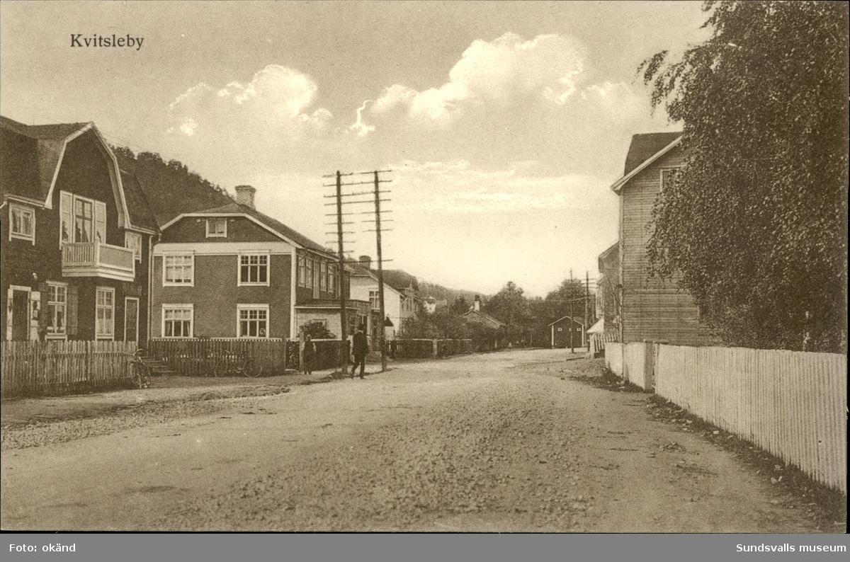 Vykort med motiv över en gata i Kvissleby.