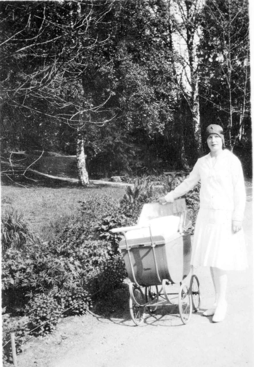 Repro: Dame med barnevogn.