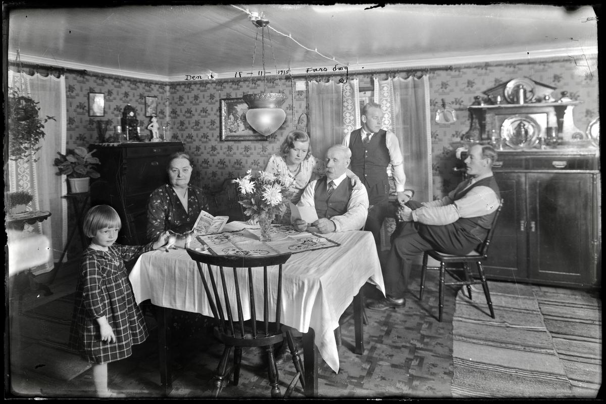 Familj som firar fars dag