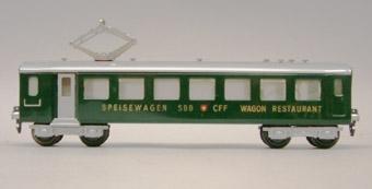Modell av tysk restaurangvagn. Grönmålad. Sidotext: SPEISEWAGEN  WAGON RESTAURANT. Vagnen försedd med strömavtagare på taket.