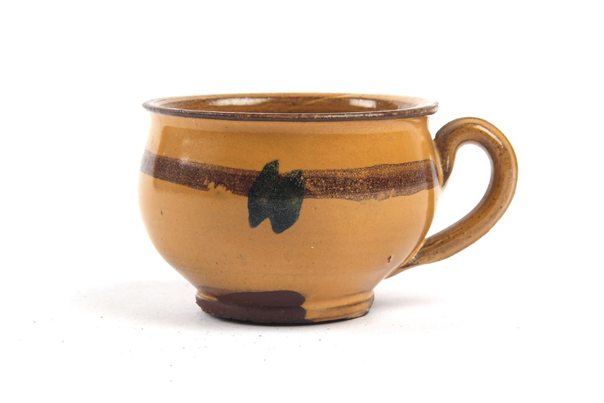 Liten kopp med hank og dekor.