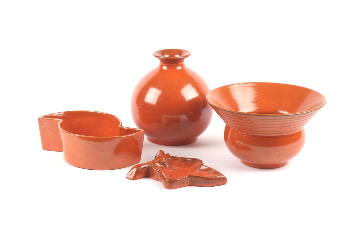 Dekketøy fra GANNS KERAMIKK betsående av fat, skål, potteskjuler, vase askebeger, kann, tobakkskrukke, skål og kopp med underskål.