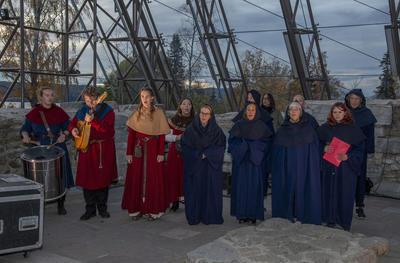 Musikere og kor i middelalderklær. (Foto/Photo)
