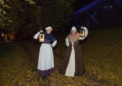 To av kaupangens kvinner kommer imot oss med løftede lykter og forteller at Jomfru Karine er død.
