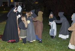 Jomfru Karine av Grefsheim kommer til kaupangen sammen med sine tjenestepike. De møtes av tiggerunger. (Foto/Photo)