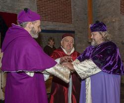 Erkebiskopen, kardinalen og Biskop Mogens legger hendene over hverandre i enighet.