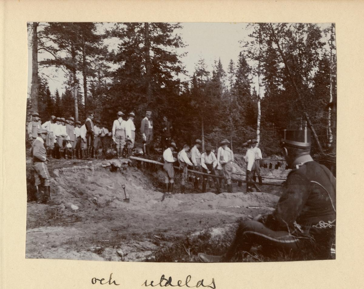 Elever vid Kavalleriskolan i Umeå lagar mat i kokgrop i skogen.